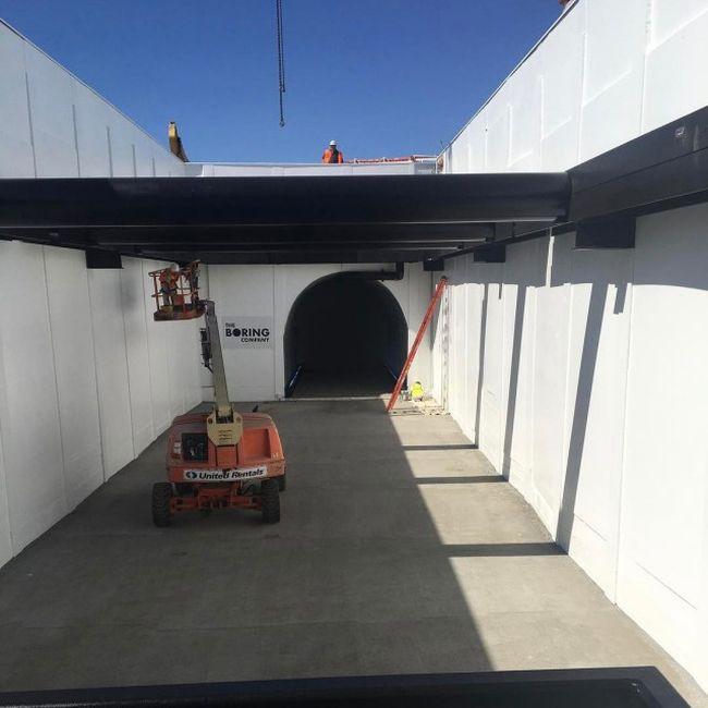 Илон Маск показал разгон электрической платформы в строящемся тоннеле под Лос-Анджелесом (3 фото + 2 видео)