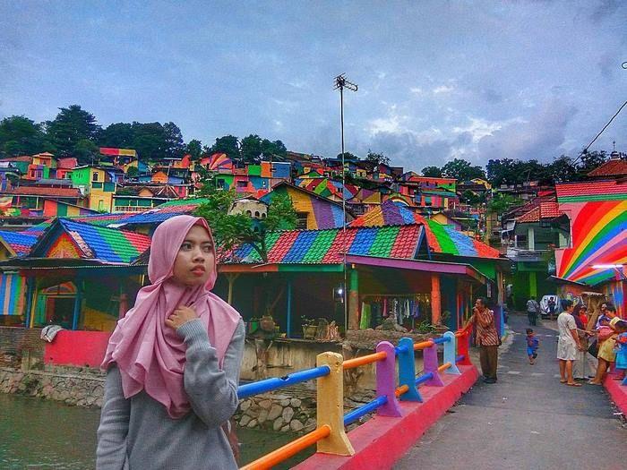 Кампунг Пеланги - индонезийская деревня, засиявшая всеми цветами радуги (12 фото)