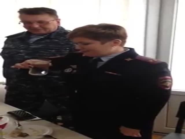 Полковник полиции обмывает новое звание