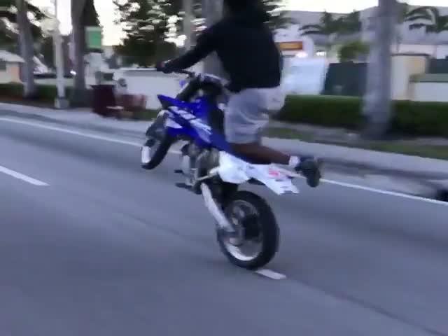 Парень демонстрирует невероятную езду на мотоцикле