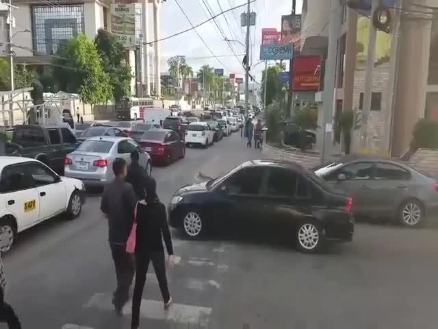 Пешеходы проучили водителя