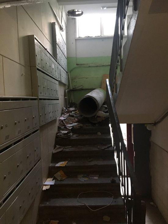 В московской многоэтажке неизвестные демонтировали мусоропровод (6 фото)