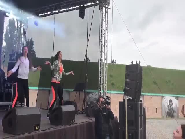 Мэр Киева Виталий Кличко поблагодарил забавным танцем волонтеров «Евровидения»