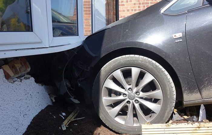 Неуправляемый автомобиль рассеянного водителя въехал в гостиную дома (3 фото + видео)