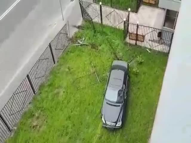 В Москве девушка за рулем Mercedes врезалась в забор дома