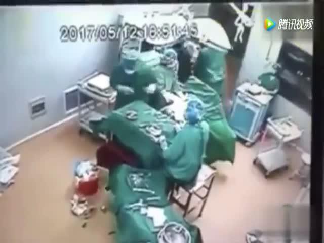 Драка в операционной китайской больницы