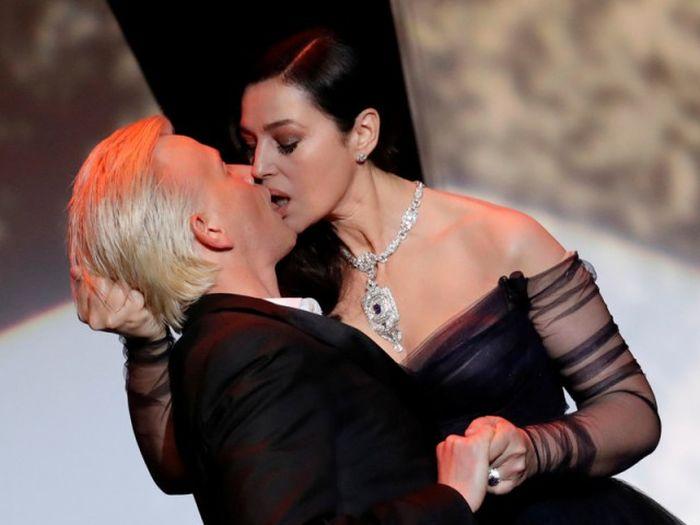 Страстный поцелуй Моники Беллуччи и Алекса Луца на Каннском кинофестивале (7 фото + видео)