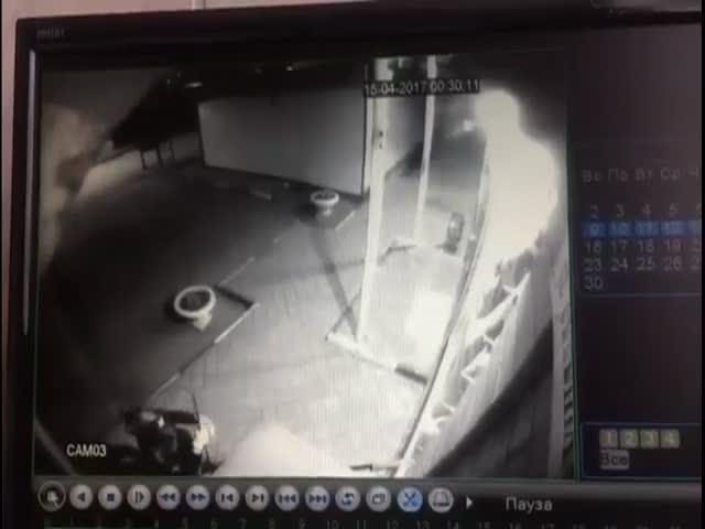 В Батайске Бэтмен попытался вскрыть платежный терминал