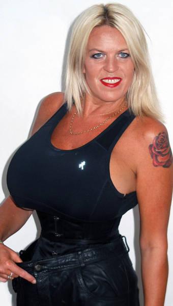 Британка Шарон Перкинс не может остановиться и постоянно увеличивает свою грудь (15 фото)