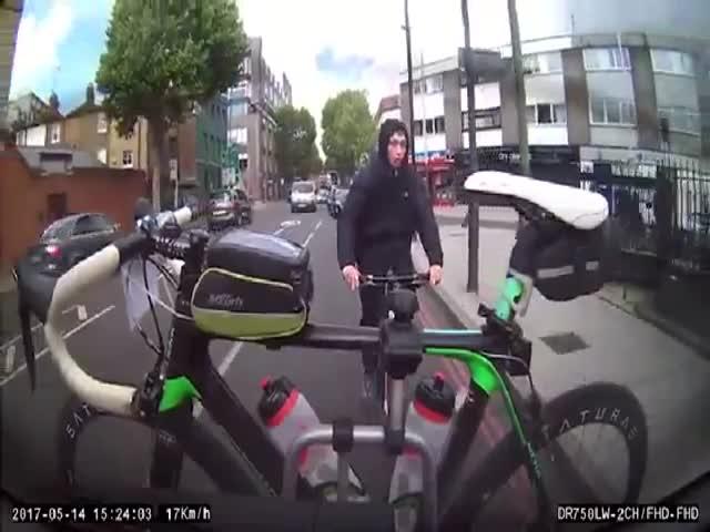 Вор попытался украсть закрепленный велосипед