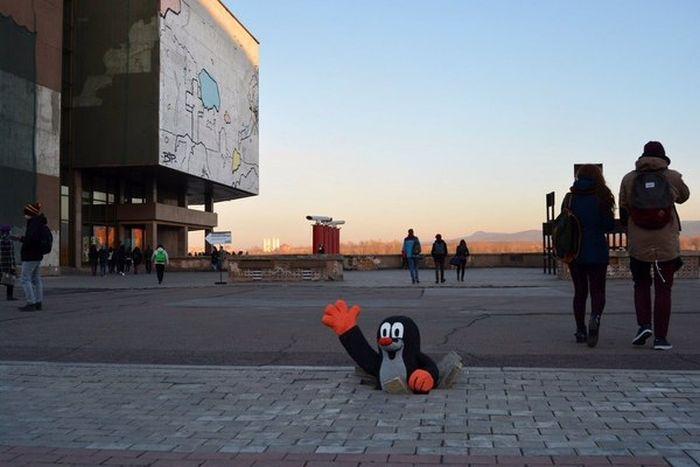 Красноярцы решили обратить внимание на ямы в тротуаре (3 фото)