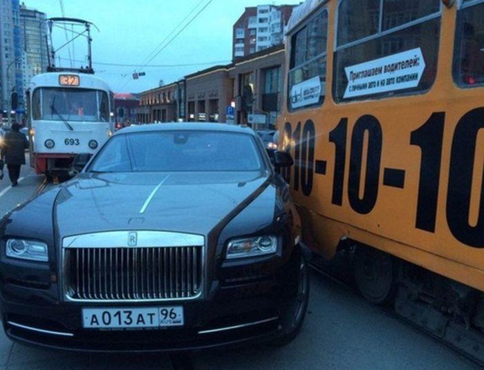 В Екатеринбурге Rolls-Royce, подвозивший Анну Семенович, столкнулся с трамваем (3 фото + видео)