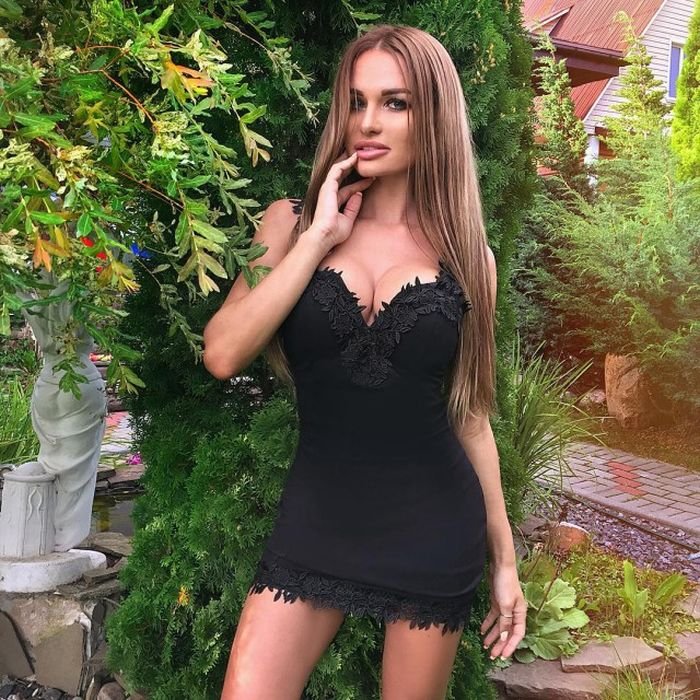 Красивые девушки в коротких платьях (40 фото)