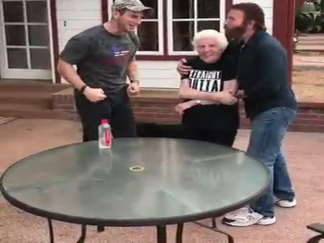Бабушка футболиста Росса Смита обыграла Чака Норриса в фигурном подбрасывании бутылки
