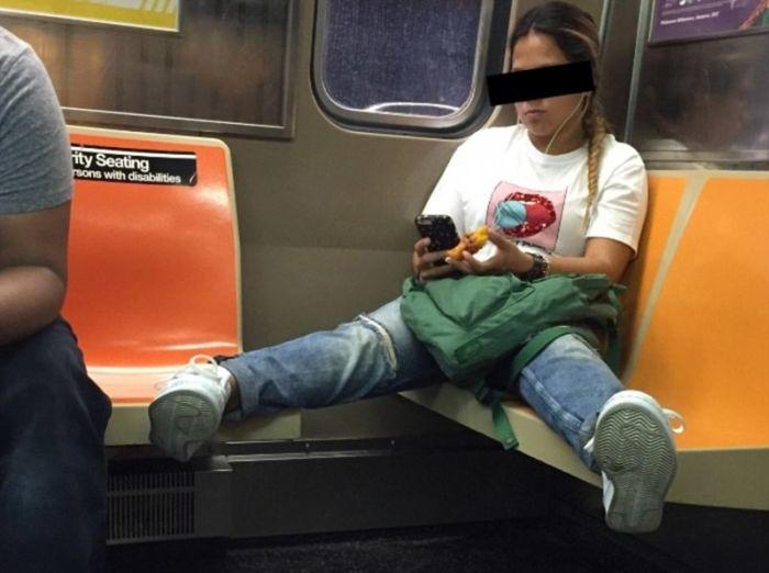 Женщины повторяют поведение мужчин в общественном транспорте (16 фото)