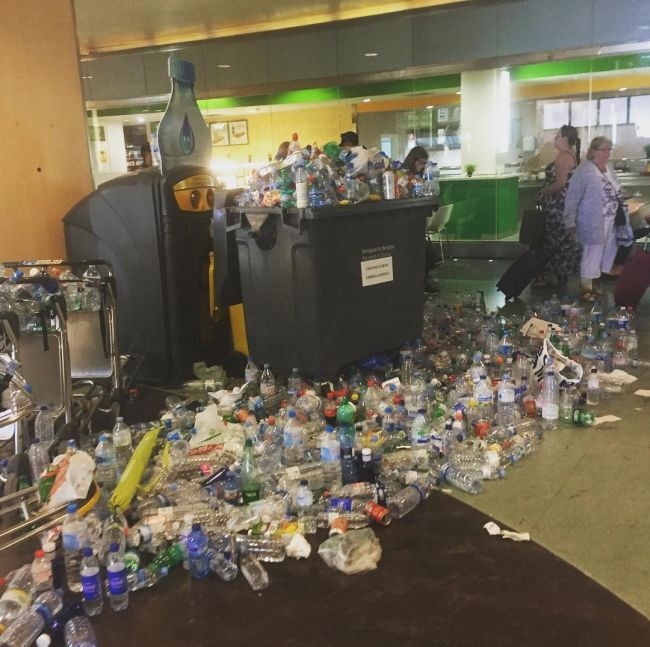 Горы мусора в аэропорту Ибицы (8 фото)
