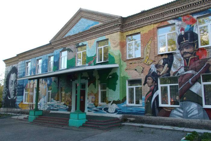 Школу в Раменском районе расписали портретами Пушкина и Толстого (3 фото)