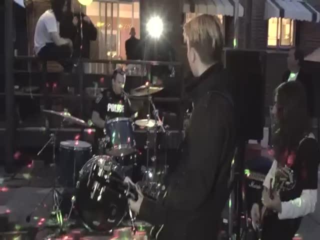 Канадский полицейский сыграл с подростковой рок-группой Vinyl Ambush