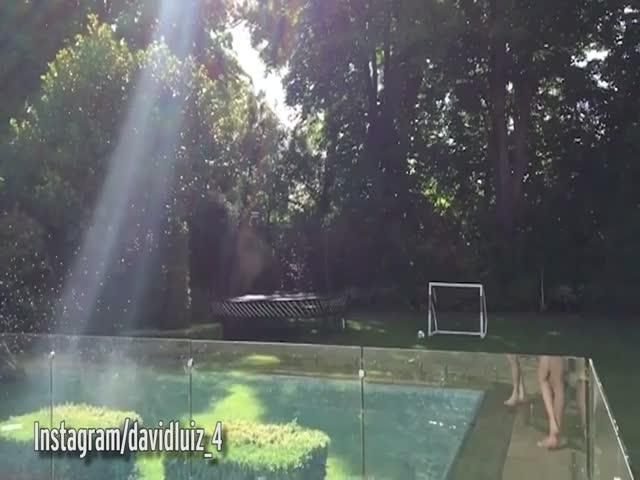 Гол Давида Луиса во время прыжка в бассейн