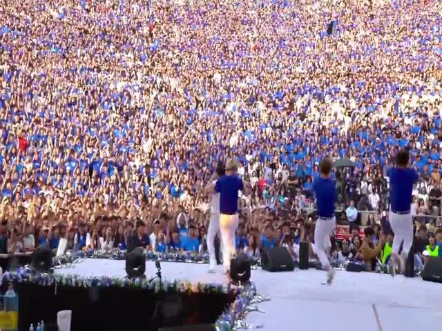 PSY исполняет песню New Face перед большой толпой