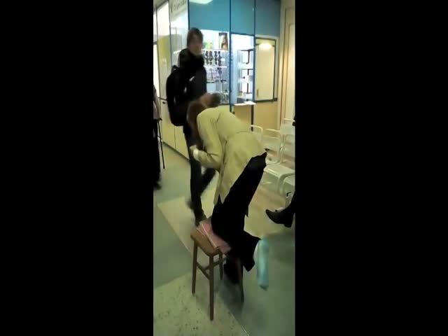 Пациентке новосибирской поликлиники пришлось передвигаться с помощью табурета