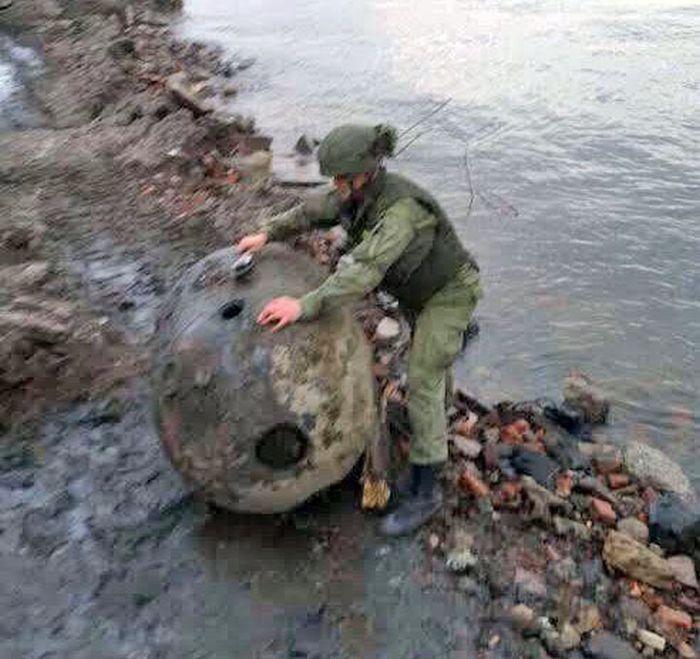 В Санкт-Петербурге к берегу прибило огромную мину (4 фото)
