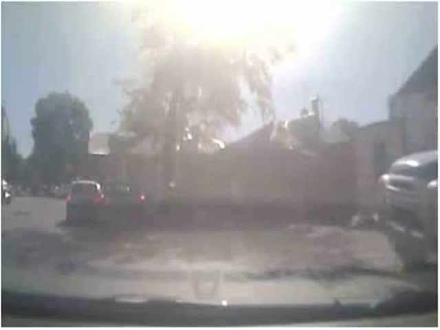 В Ростове-на-Дону женщина пыталась голыми руками остановить двигающийся грузовик