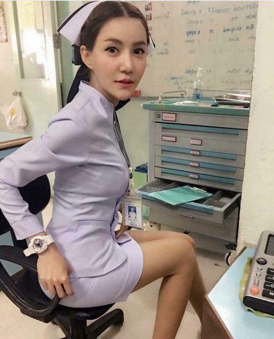 В Таиланде медсестре пришлось уволиться из-за короткой юбки (10 фото)