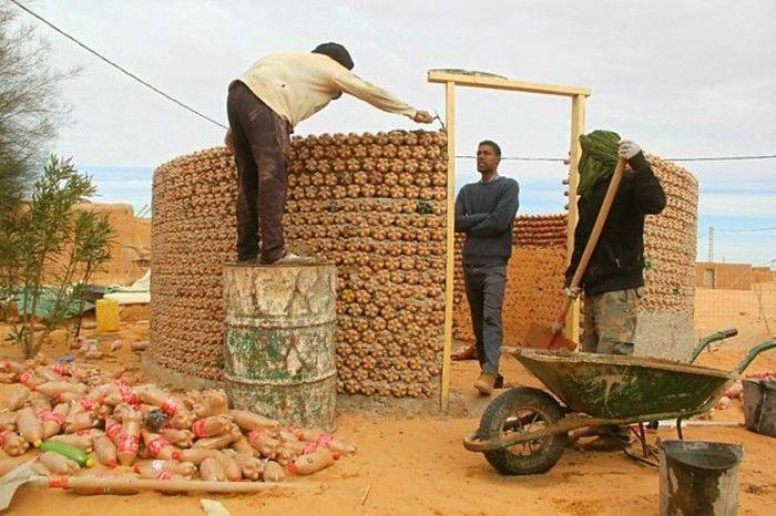 Дома из пластиковых бутылок, наполненных песком (7 фото)