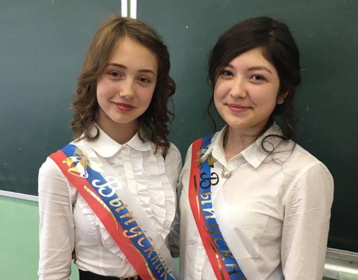 Кто эта девочка слева? (3 фото)