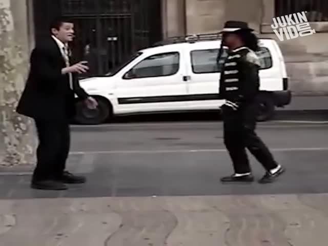 Случайный прохожий перетанцевал уличного танцора
