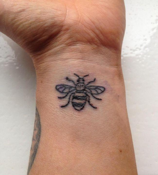 Татуировки с пчелой в память о жертвах теракта в Манчестере (10 фото)
