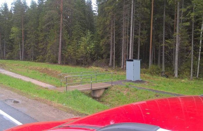 На трассе в Череповецком районе установили туалеты, которыми нельзя пользоваться (2 фото)