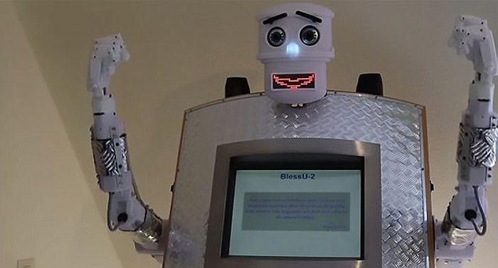 В немецкой церкви появился робот-священник (3 фото + видео)