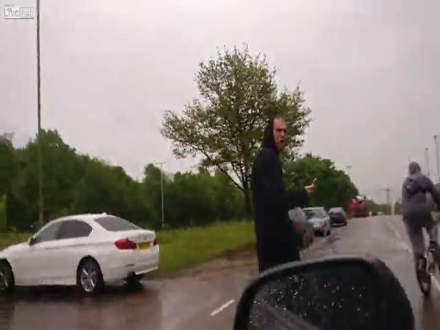 Водитель преподал урок пешеходу