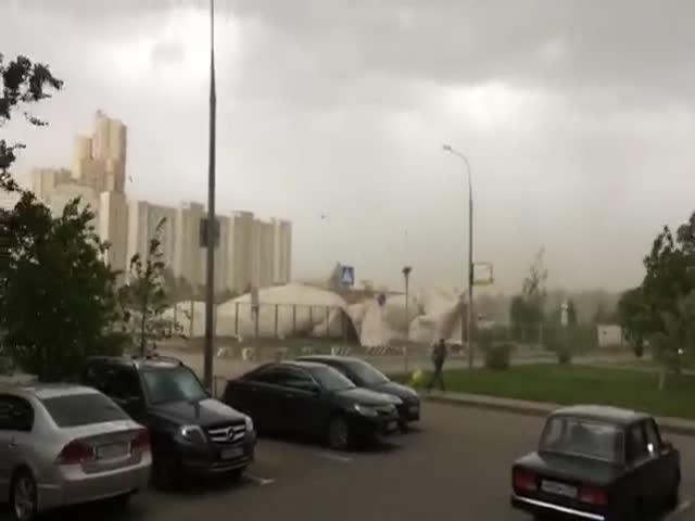 В Москве ураган снес теннисный корт