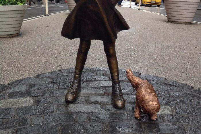 У статуи «Смелой девочки» на Уолл-стрит появилась статуя «Писающего мопса» (2 фото)