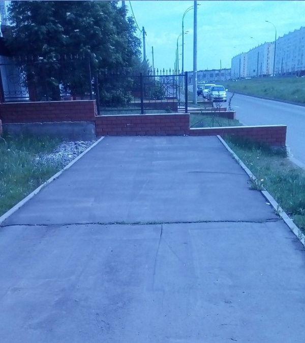 Неправильный тротуар в Набережных Челнах (3 фото)