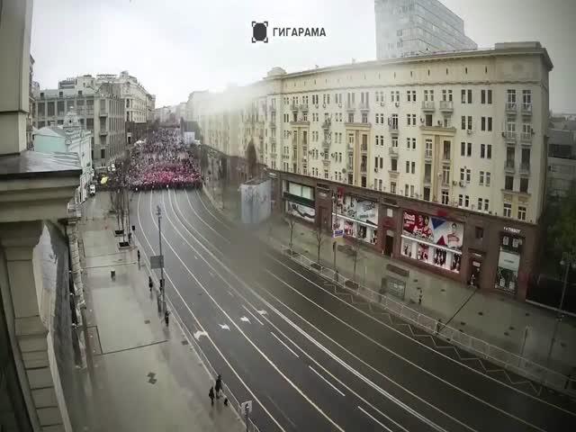 Участники акции «Бессмертный полк» проходят Тверскую улицу в Москве