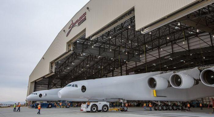 В США приступили к наземным тестированиям самого большого в мире транспортного самолета Stratolaunch (10 фото)