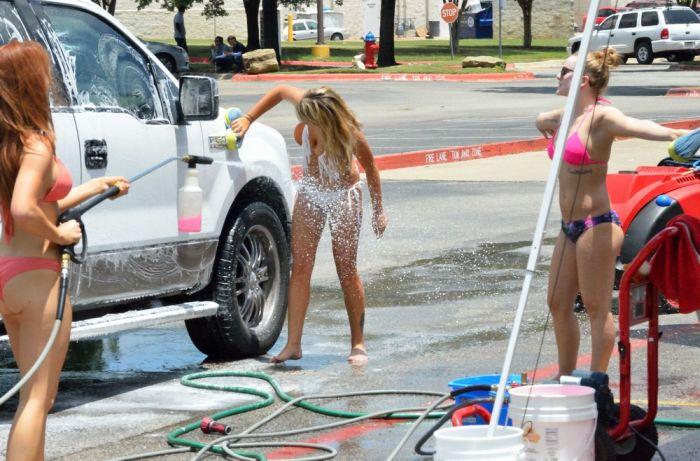 Девушки в купальниках моют машины (20 фото)