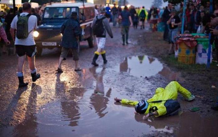 Любители порезвиться в грязи на фестивале Гластонбери (32 фото)