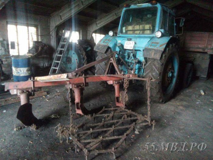 В Омской области мужчина «вспахал» асфальт угнанным трактором (3 фото)