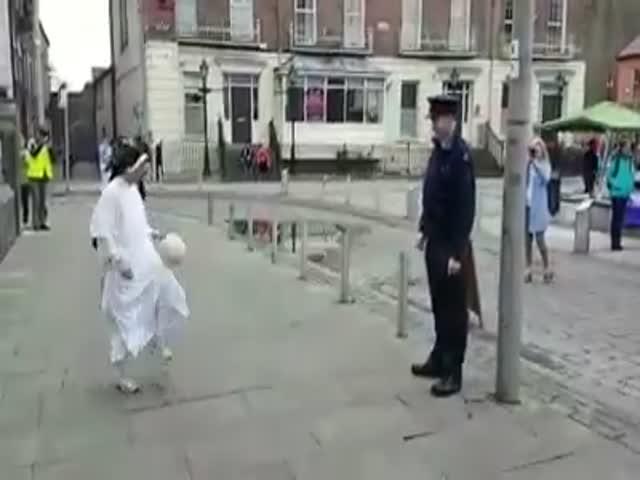 Ирландский полицейский соревнуется в чеканке мяча с монахиней