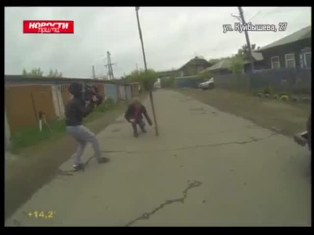 Красноярский корреспондент обнаружил странный провал на дороге
