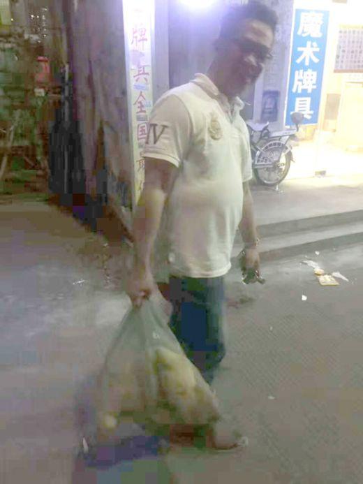 Китаец спас собаку, продававшуюся на убой (8 фото)