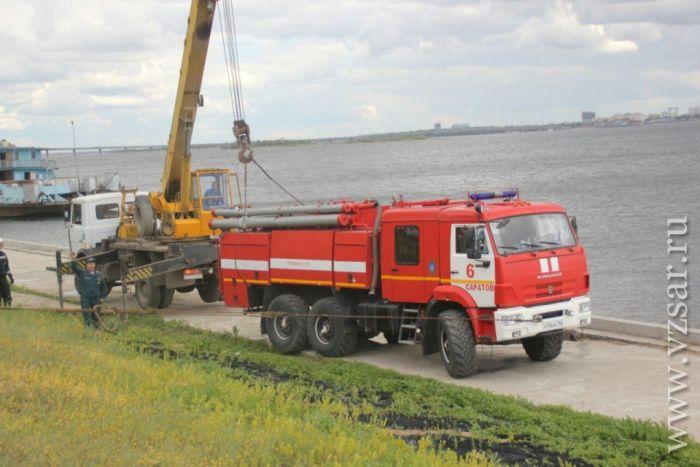 В Саратове пожарный автомобиль провалился под землю (8 фото)