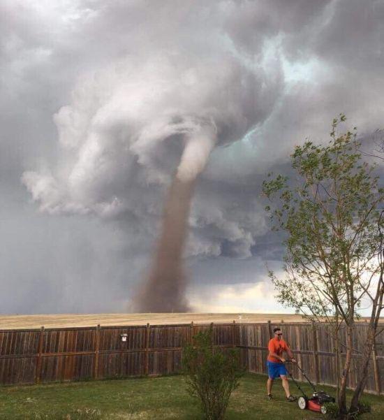 Хладнокровный канадец постриг газон, несмотря на приближающийся Торнадо (2 фото + видео)