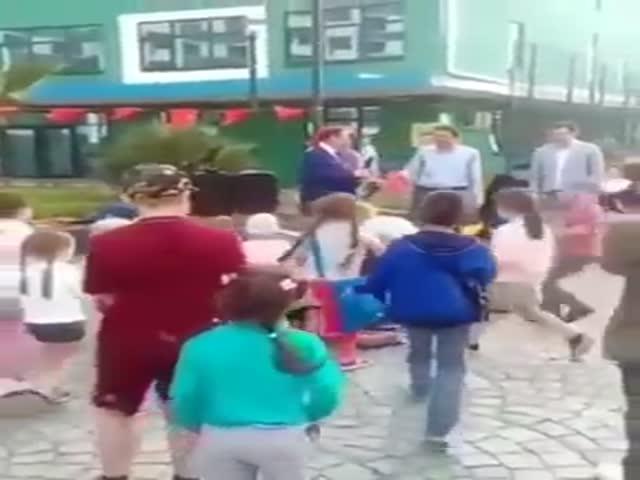 Мэр Сочи Анатолий Пахомов бросает подарки детям