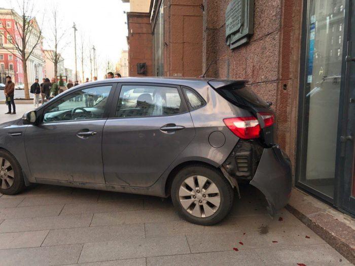Водитель, сбивший девушку на тротуаре, стал кричать на нее (4 фото + видео)